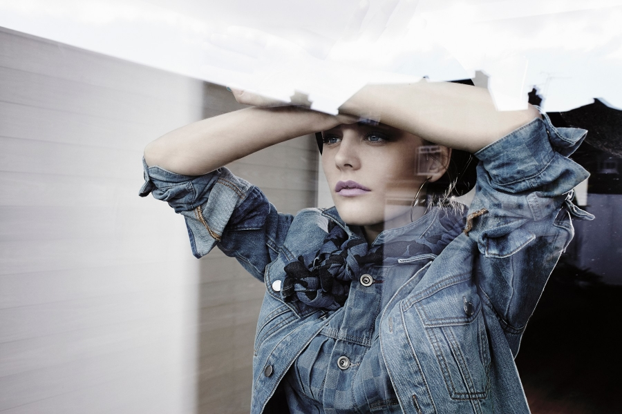 femeie privind pe geam - (Foto Franck Sauvaire/ Cultura RF/ Profimedia)