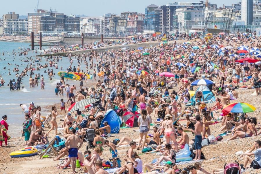 Mii de oameni la plajă în BRighton, UK