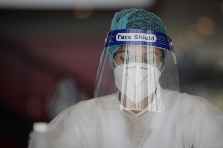 Cadru medical în echipament de protecție