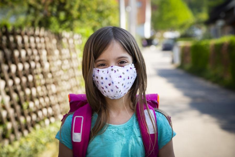 Fetiță cu mască