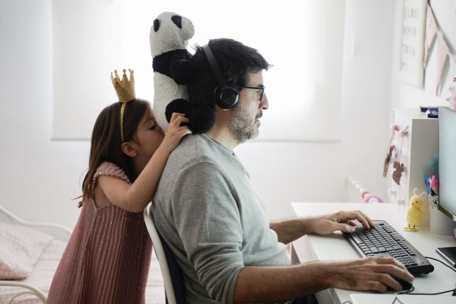 Bărbat lucrând de acasă