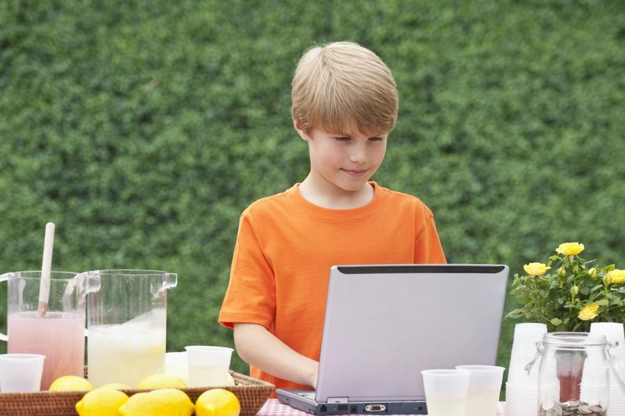 copil vinde limonada