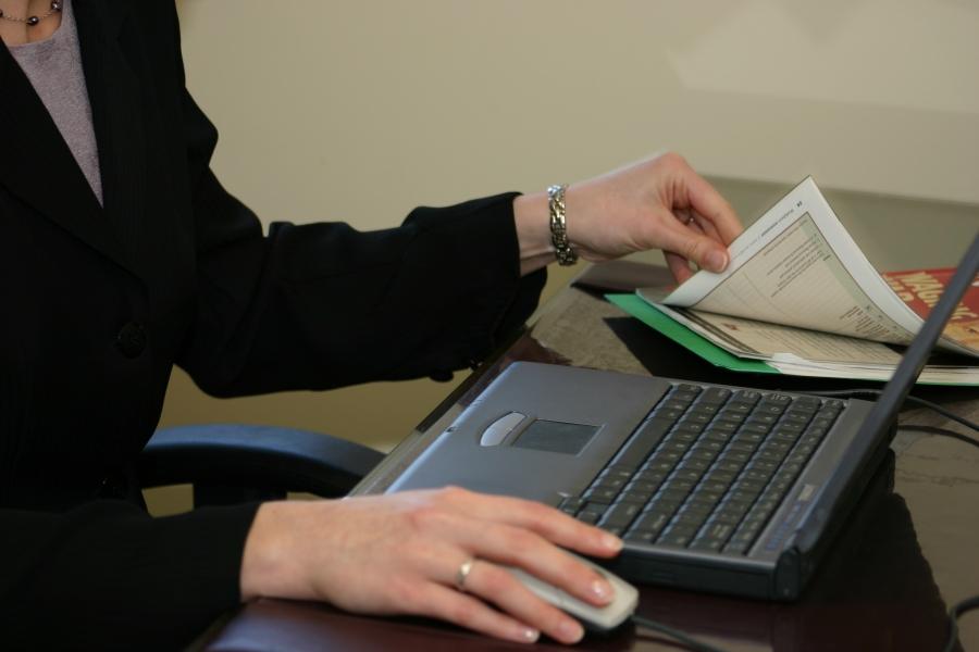 fiscalitate - femeie - laptop