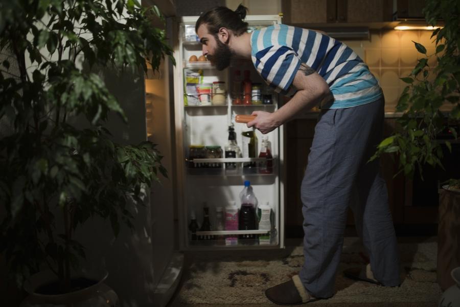 Bărbat deschizând frigiderul
