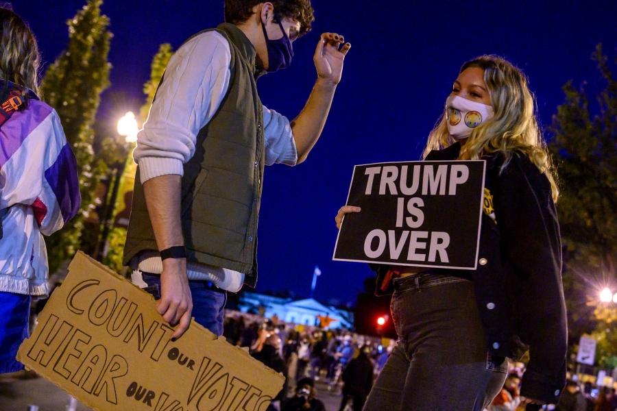 TRump is over - Foto: Eric Baradat / AFP / Profimedia)
