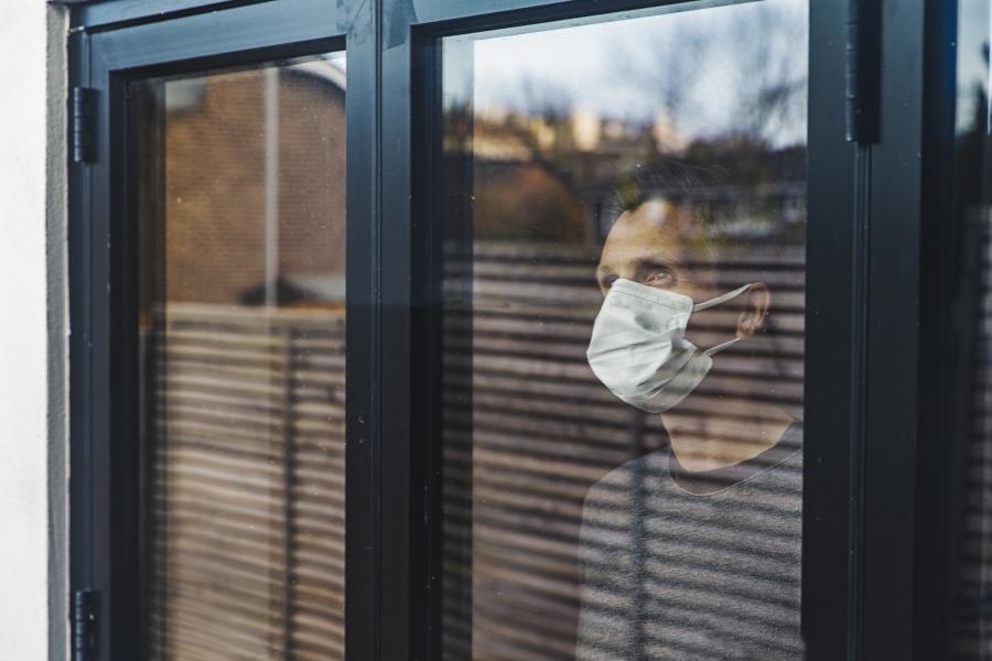 Barbat in izolare, la fereastra