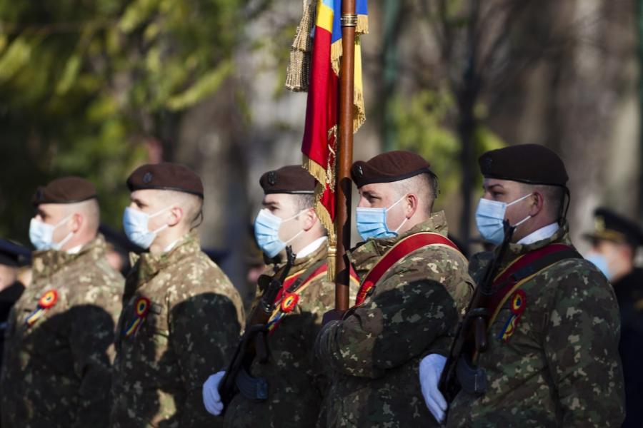 Militari cu mască