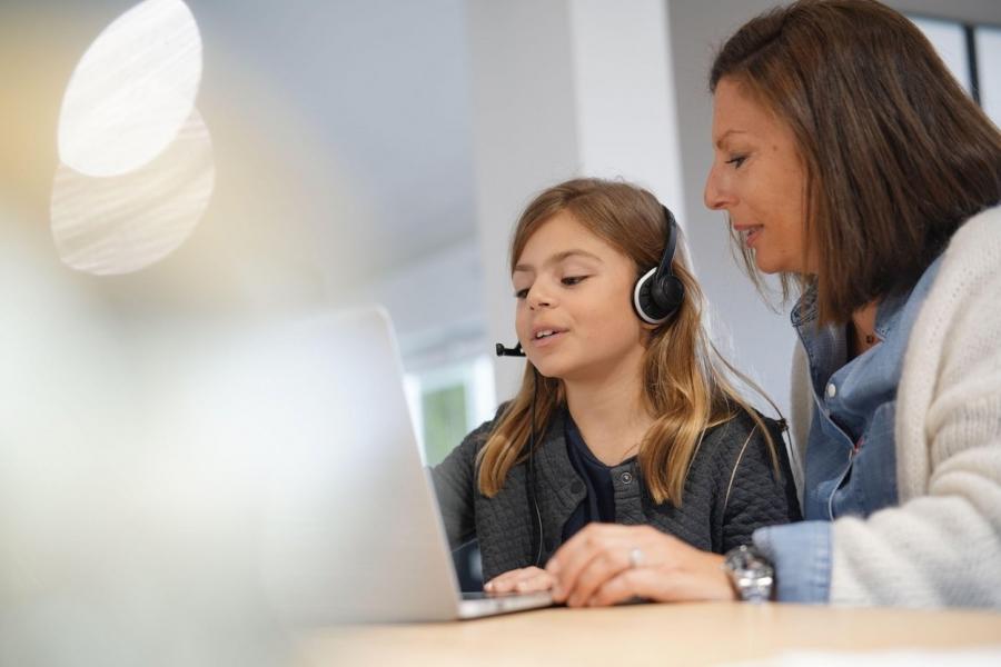 Mamă și fiică la școala online
