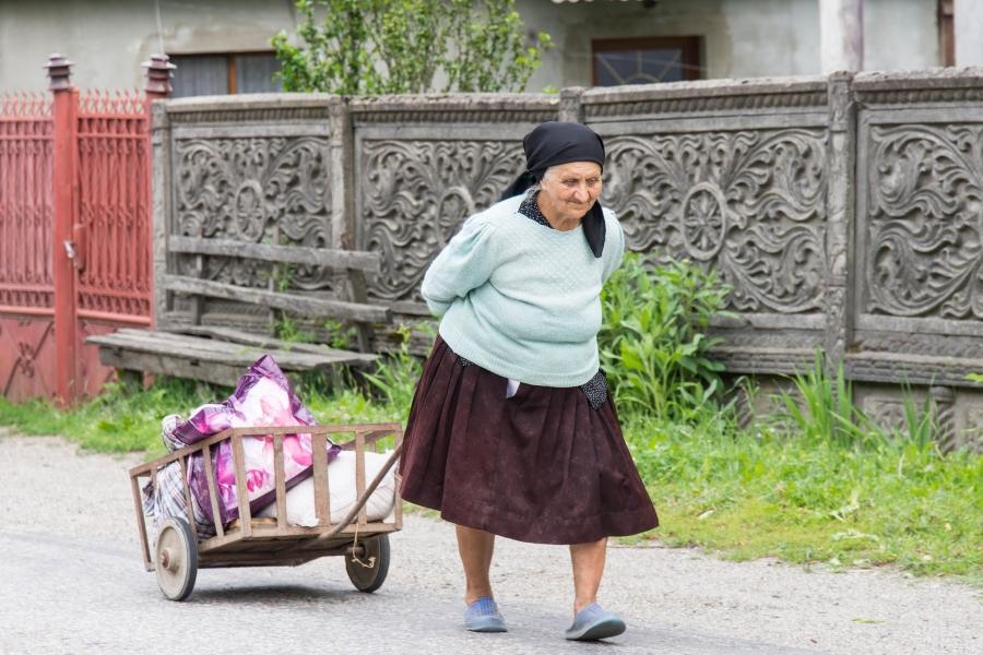 Romania - femeie la tara