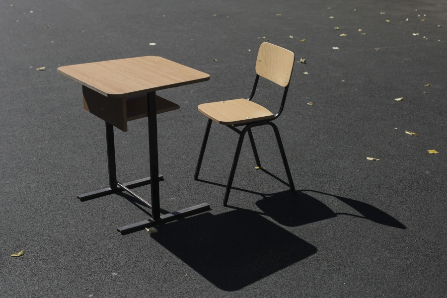 Scaun gol în curtea școlii