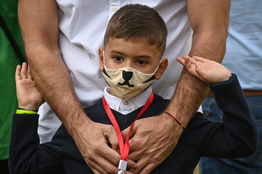 Copil cu mască la școală