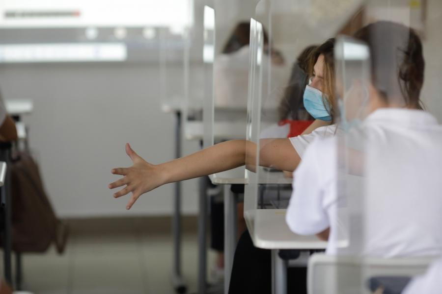 Elevi la școală în pandemie
