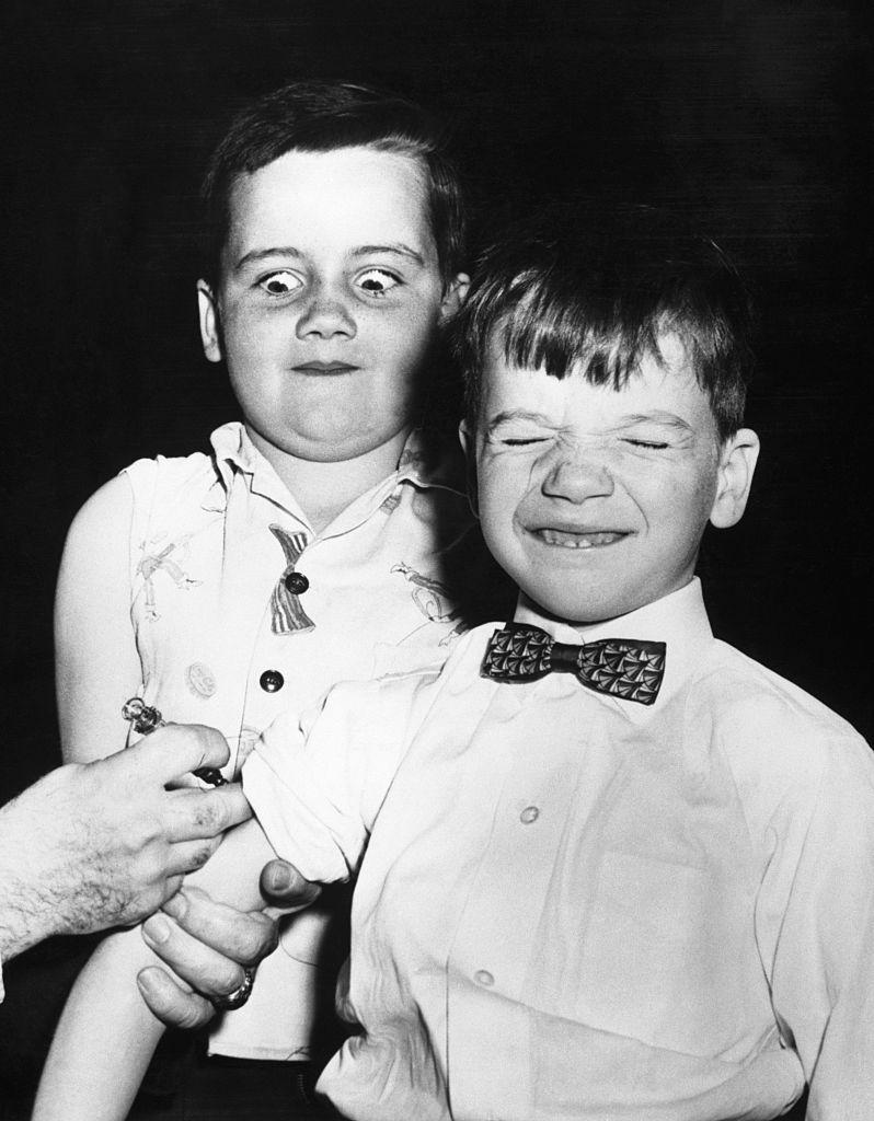 Băieți vaccinați împotriva poliomielitei