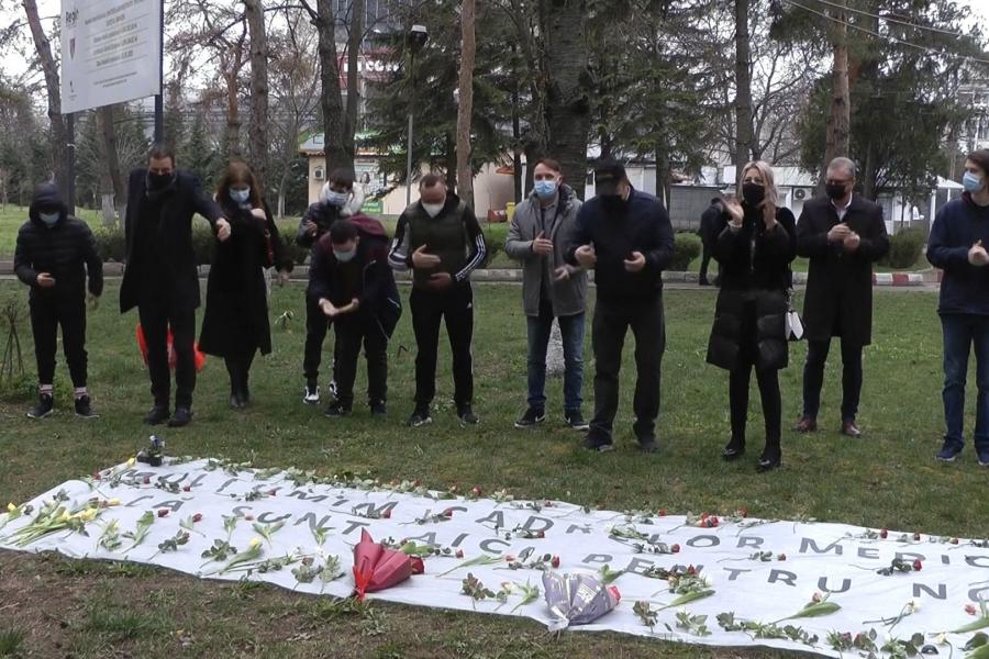 Liceenii din Vrancea au dus flori cadrelor medicale de la Spitalul de Urgență Focșani