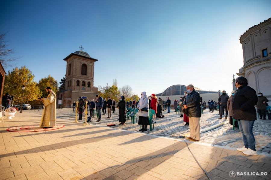Credincioși în fața bisericii