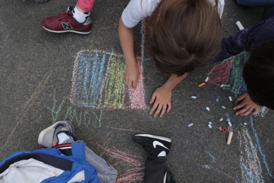 Copil desenând steagul României