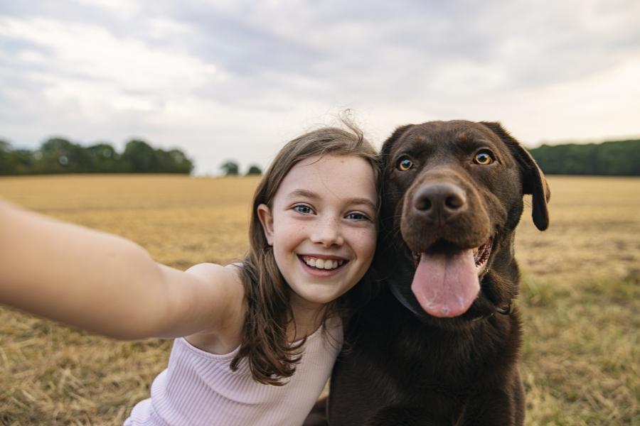 Fetiță și câine