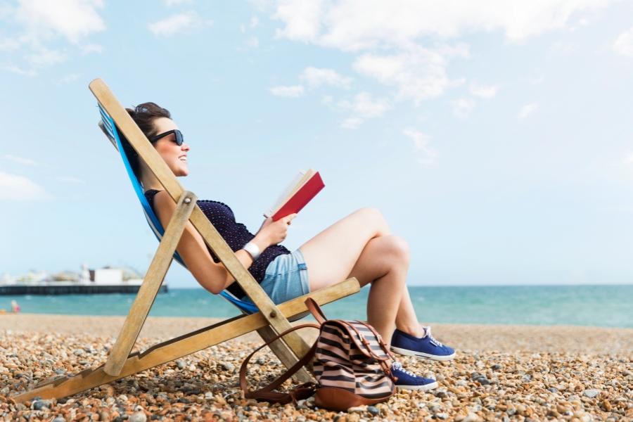 Citind pe plajă