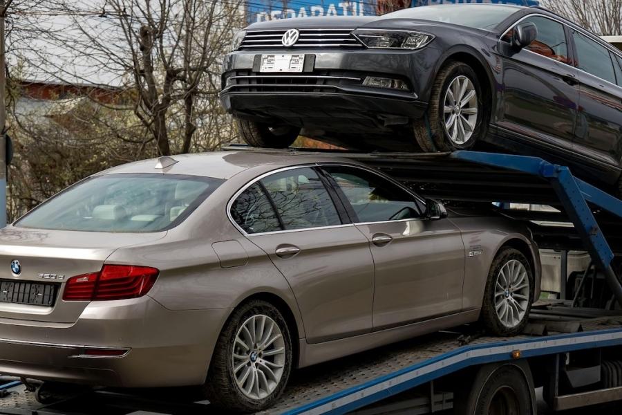 Mașini pe platformă