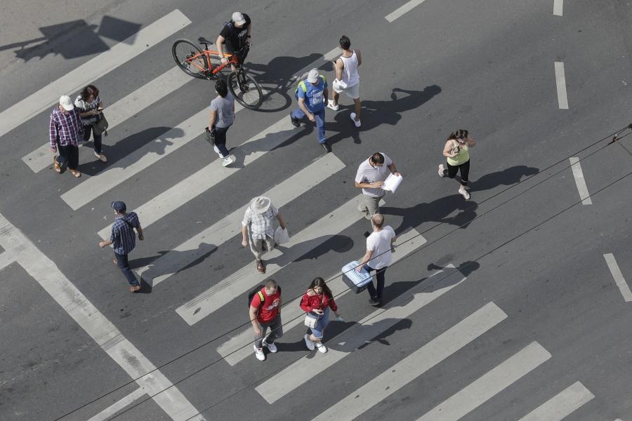oameni pe strada.