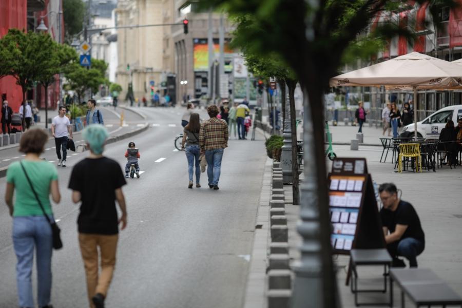 oameni pe strada in Bucuresti - Foto: Inquam Photos / George Călin