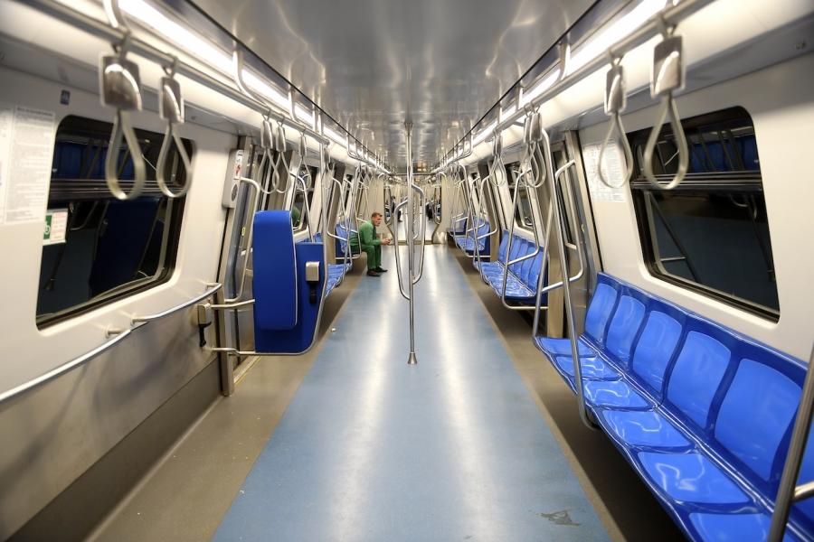 Om în metrou