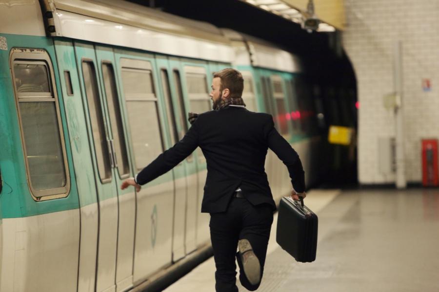 Bărbat alergând după metrou